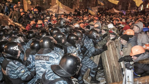 Ukrainians clashing with police.